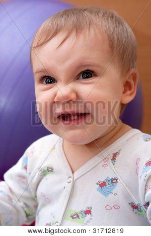 Retrato de niña sonriente mal
