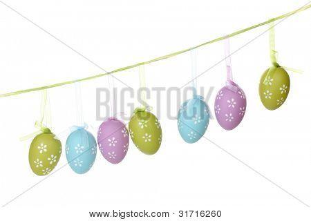 Coloridos huevos de Pascua en cintas aislados en blanco