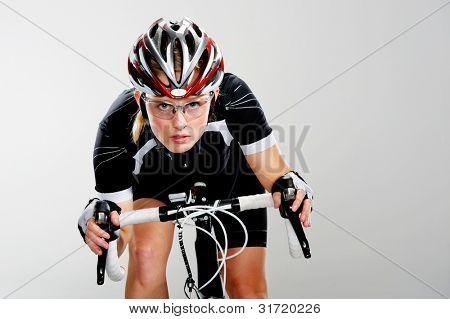 Straße Fahrrad Frau ihr Fahrrad und die Konzentration auf das Radrennen zu gewinnen. vollen Zyklus Getriebe und