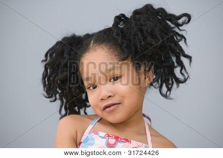 Retrato de menina asiática com rabos de cavalo