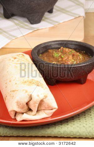 Burrito mexicano con salsa picante