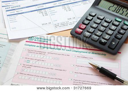 Foto de un Reino Unido declaración de impuestos de auto evaluación con calculadora y nóminas. La nómina es una mofa de la