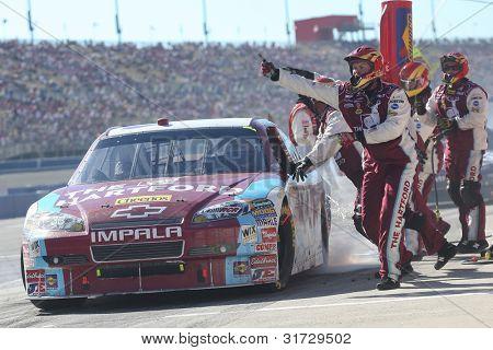 FONTANA, c. - 10 de outubro: driver de Sprint Cup Series Clint Bowyer em The Hartford / Cheerios #33 carro duri