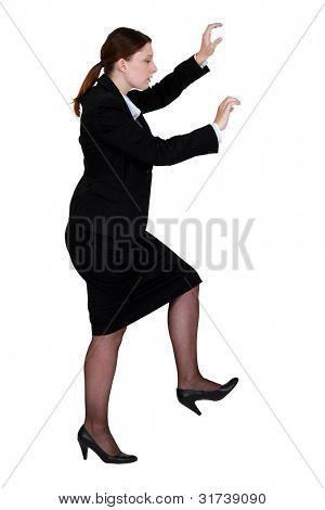 Frau vorgibt zu klettern