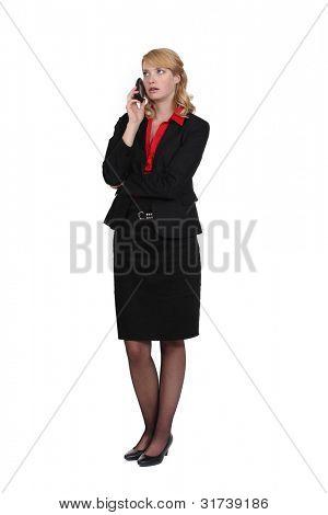 Mulher exasperada, falando em seu telefone móvel