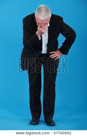 Senior Businessman sieht nicht gut aus.