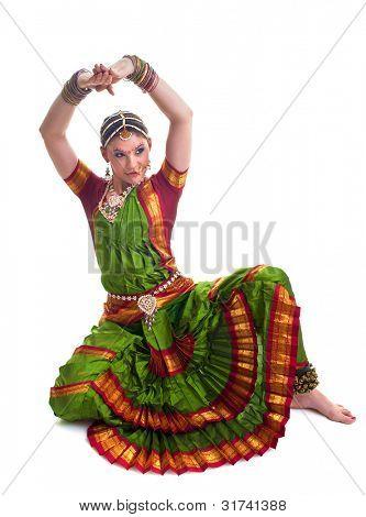 Bailarina de Bollywood en verde y el naranja vestido doblado haciéndose pasar por cobra