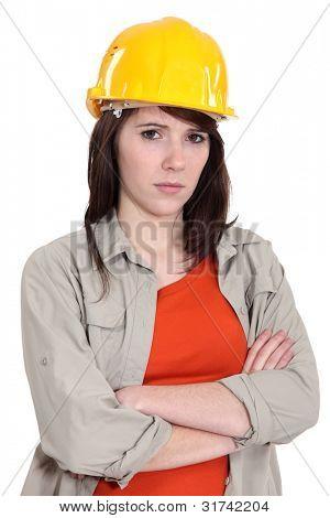 Mujer con casco amarillo