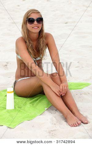 Niña sentada en la playa