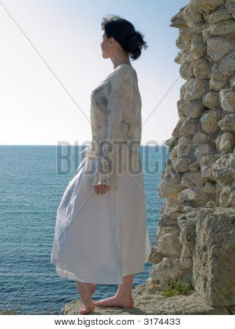 Joven solitaria mira en mar