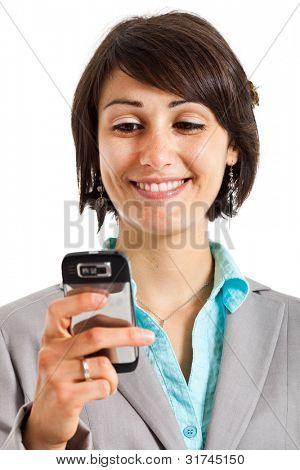 Jonge vrouw met behulp van een mobiele telefoon