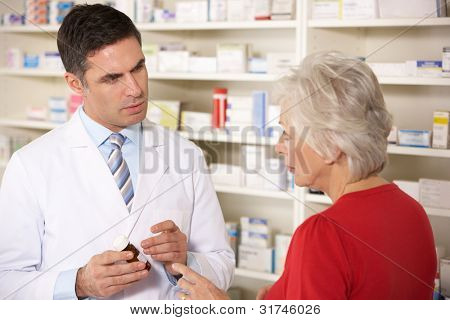 Farmacéutico estadounidense con mujer senior en farmacia