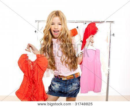 chica de moda víctima kid a backstage armario elegir ropa