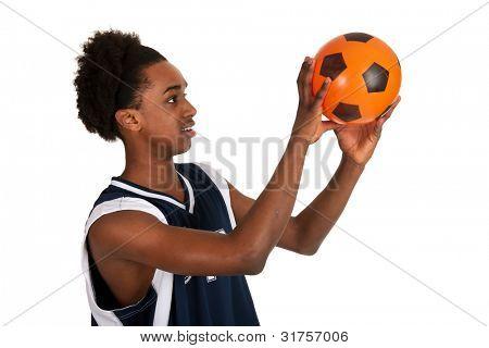 schwarze Basketballspieler mit ball