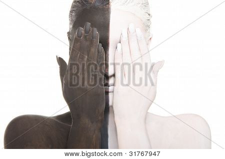 Frau in der Farbe zwei Make-up deckt Augen
