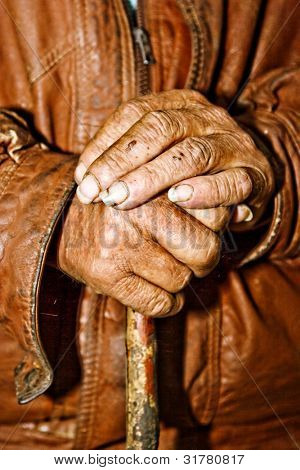 Nahaufnahme des alten bäuerlichen Hände