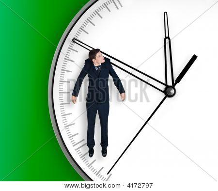 Empresario cuelga en una flecha de reloj