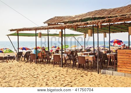 Playa de arena y Shack Goa India