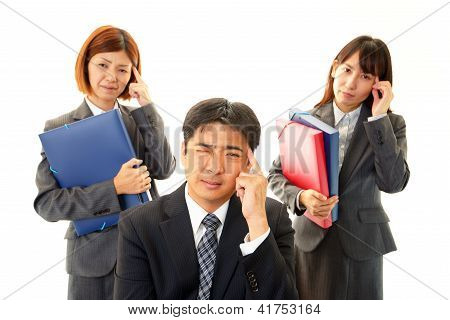 Businesswoman and businessmen to discuss work with a serious expression