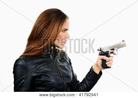 Jovem bela mulher segurando uma arma em fundo branco