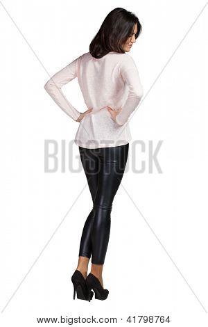 Mujer de glamour elegante con leggins y blusa blanca
