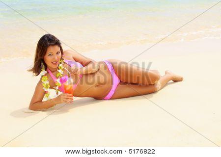 schönes polynesischen Mädchen mit Blumen lei
