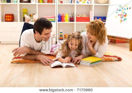 glückliche Familie lesen in die Kinderzimmer