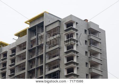 Bajo el edificio de apartamentos de construcción - vida urbana