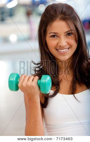 Frau mit Kraftgeräte