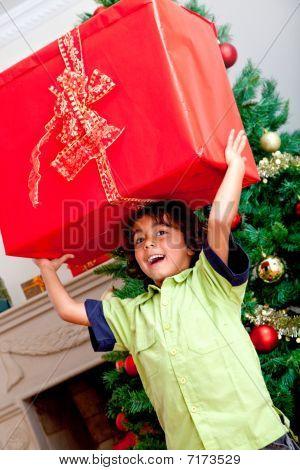 Boy tragen ein Weihnachtsgeschenk