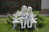 pic of figurine  - Garden figurine lovers of a boy and a girl on a bench - JPG