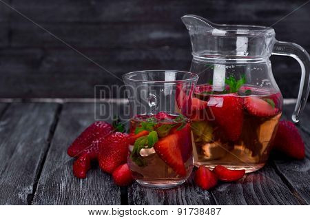 Strawberry Lemonade With Ice