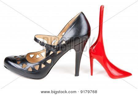Mocasín femenino negro y rojo calzador