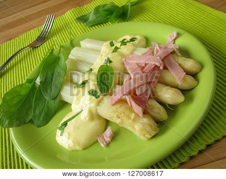 Asparagus with sorrel butter sauce and ham