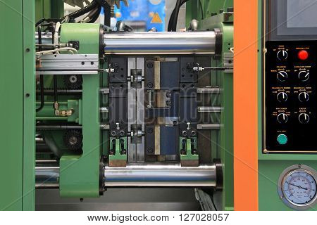 A Powerful horizontal Press for the Creation of Rubber Products from Rubber