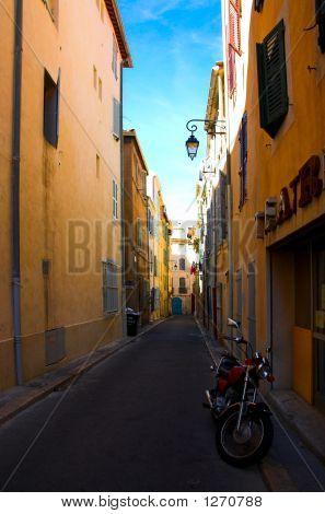 Moto en la calle cerca del teatro en la zona de puerto viejo de