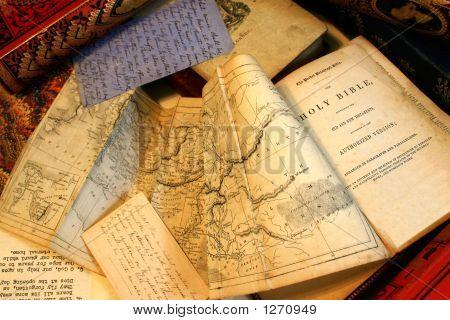 Ephemera, alte Dokumente, Papiere, alte Bücher und Ephemera an einer auf einer Tischplatte
