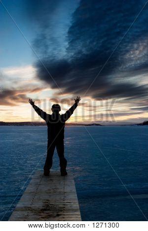 Hombre en lago congelado
