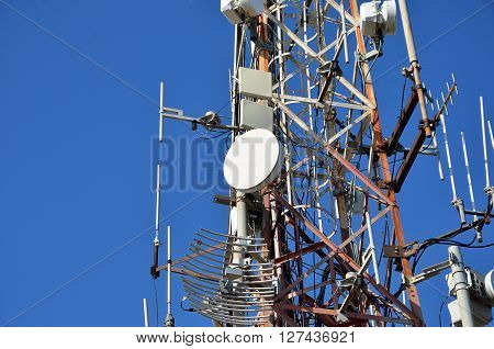 a lot of antenna on the mast for telecommunication