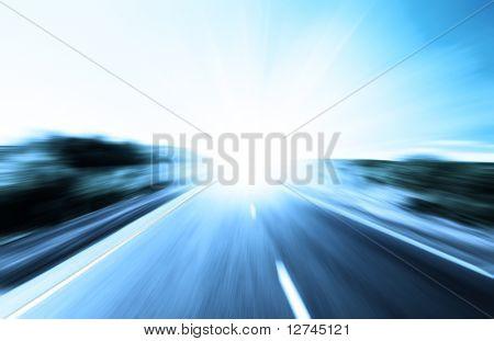 Bewegungsunschärfe Road und Sonne