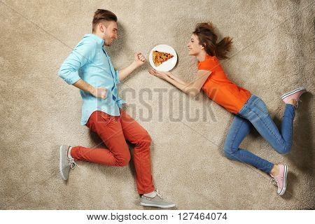 Scene simulation, young couple with pizza