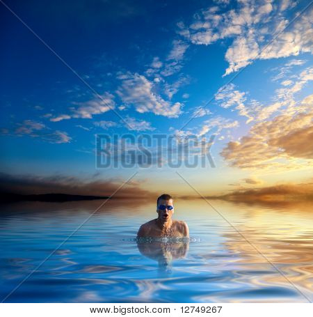 zonsondergang en zwemmen jonge man