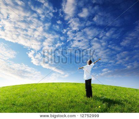 joven relajarse en el campo verde