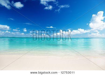 arena y el mar Caribe