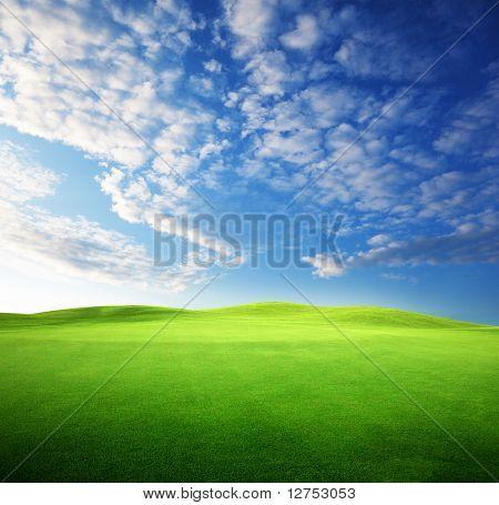 campo de hierba y el cielo al atardecer perfecto
