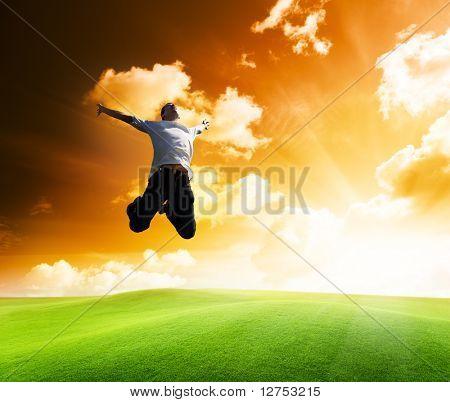 hombre joven feliz que salta