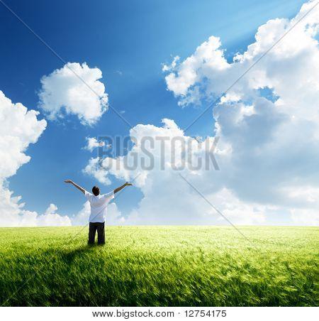 jovem feliz descanso no campo de trigo