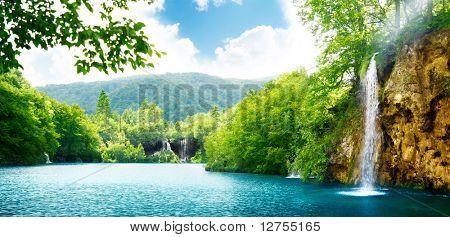 Cachoeira na floresta profunda da Croácia