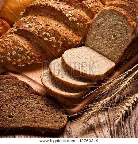 sortido de pão na mesa de madeira
