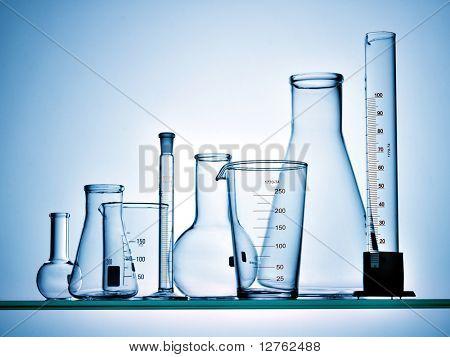 Surtido de equipo de cristalería de laboratorio listo para un experimento en un laboratorio de investigación de la ciencia